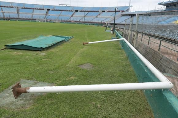 Históricos arcos del Estadio Centenario dejaron el templo del fútbol uruguayo